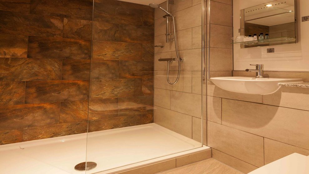 Hotels in Manchester Best Western Manchester Cresta Court Hotel Executive Bathroom